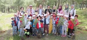 Başkan Cahan ağaç diken minik öğrencileri yalnız bırakmadı