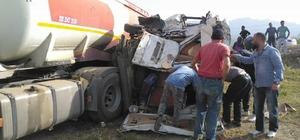 Öğrenci servisi ile yakıt depolu kamyon çarpıştı Kazada yaralı öğrencilerin olduğu bildirildi