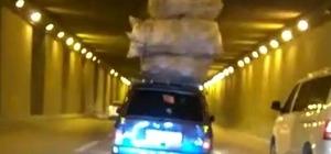Yükleri boylarını aştı Aşırı yükle trafikte ilerleyen araçların ilginç görüntüleri