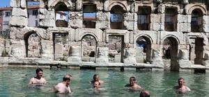 Yozgat Valisi'nin antik termal havuz keyfi Yozgat Valisi Kemal Yurtnaç, açık havadaki antik termal havuzda yüzdü 2 bin yıllık tarihi Roma Hamamı'nda yüzme keyfi yaşadılar