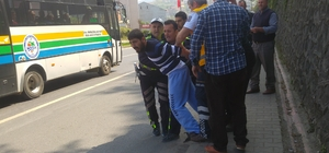 Tırın çarptığı genç ambulanstan kaçmaya çalıştı Ambulanstan kaçmaya çalışan yaralı genç, kelepçe takılarak ambulansa bindirildi