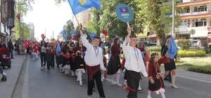 41 ülkeden 1000 çocuk, 23 Nisan coşkusu için Kocaeli'de bir araya geldi Binlerce çocuğun katıldığı kortej, Kocaeli caddelerini şenlendirdi