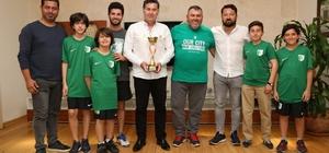 Küçük tenisçiler mutluluklarını Başkan Kocadon ile paylaştı