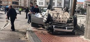 Polisten kaçan sürücü araçla takla attı Aksaray'da polisin dur ihtarına uymayan ehliyetsiz sürücü 3 araca çarptıktan sonra takla atan otomobilden çıkarak yaya olarak kaçmak isterken polisler tarafından yakalandı