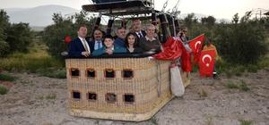 Afrin'deki Mehmetçiklerin çocukları Pamukkale'yi balonla gezdi Mehmetçikler doğan güneşi Afrin'de, çocukları ise Pamukkale'de karşıladı