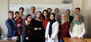 Bir ayda Türkçeyi öğrendiler Manisa'daki mültecilerin Türkçe azmi Ülkelerinden ayrılarak Türkiye'ye gelen mülteciler güven içinde yaşadıkları ülkeye uyum sağlamak için Türkçe öğreniyor Çok kısa sürede Türkçe öğrenen yabancılar artık kendilerini daha iyi ifade edebiliyor