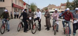 Aslanapa'da Bahar ve Bisiklet Şenliği İlçede İlkbahar, 7'den 70'e vatandaşların ve öğrencilerin katılımıyla, 8 kilometrelik bisiklet turu ve çeşitli etkinliklerle kutlandı