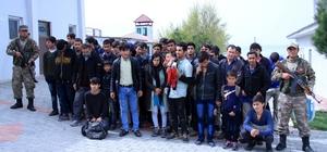 Kaçak Afganlara Mehmetçik şefkati İnsan tacirleri tarafından Ankara diye Van'da yol kenarına bırakılan 50 Afganlıya Mehmetçik sahip çıktı
