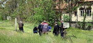 70 yaşındaki adam tarlada ölü bulundu Okulun bahçesindeki öğrenciler, polisin incelemesini meraklı gözlerle izledi