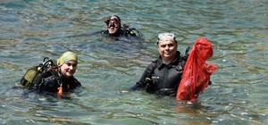 Antalya'da deniz dibinde temizlik çalışması canlı yayımlandı