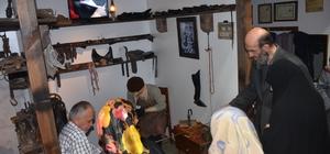"""28 yıllık ayakkabı ustası birikimlerini müzede anlatıyor Ayakkabı ustası Ahmet Sert; """"Malzemelerimizi müzeye bağışladık"""" """"Fabrikasyon ayakkabılar çoğaldı, tamirciler azaldı"""""""
