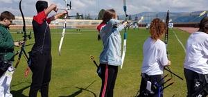 Genç ve minik okçular kozlarını paylaştı Okçuluk alanında okullar arası il şampiyonası gerçekleştirildi