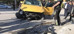 Ticari taksi kaldırıma çarptı: 4 yaralı