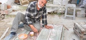 (Özel Haber) Eski kapı ve sandıkları sanat eseri haline getiriyor Hurdacılardan topladığı eski kapılara Selçuklu ve Osmanlı motiflerini işliyor Bu sanatın kaybolmaması için oğlu ve torununa öğretti