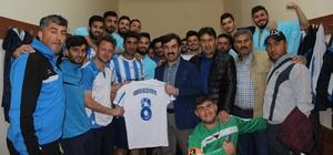 Şarkışla Belediyespor BAL da kaldı Bölgesel Amatör Lig (BAL) baraj karşılaşmasında Kangal Termikspor'u 5-1 mağlup eden  Şarkışla Belediyespor ligde kalmayı başardı.