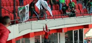 Samsunspor-Denizlispor maçı sonrası gerginlik Taraftarlar birbirine girdi, futbolcular hakem odasını bastı