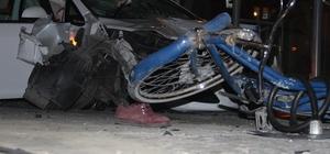 Konya'da kontrolden çıkan otomobil önce bisikletliye sonra tramvay durağına daldı