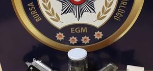 2 tabanca ve 20 çıkın uyuşturucuyla yakalandılar
