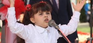 Bayrama minik Yağmur'un şiiri damga vurdu 23 Nisan Ulusal Egemenlik ve Çocuk Bayramı'nda ilkokul 1. sınıf öğrencisi Yağmur Karanfilci'nin okuduğu şiir büyük beğeni topladı Adana'da bombalı bir araçla saldırılı yapılması ihtimaline karşılık polisin bayram kutlama alanına çıkan bütün yolları kamyonlarla kapattığı görüldü