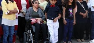 """Engelli annenin hayali gerçek oldu Mersin'de 6 yıl önce geçirdiği rahatsızlık sonucunda yürüyemez hale gelen ve akülü araba isteyen Kader Aykan'a Büyükşehir Belediyesi akülü araç verdi Bu araçla oğlunun 23 Nisan gösterisini izlemek için okula giden annenin mutluluğu gözlerinden okundu Kader Aykan: """"2 hayalim vardı. Biri akülü araç, diğeri oğlumun gösterisini izlemek"""" """"Bugün 2 hayalim de gerçek oldu, çok mutluyum"""" """"Şimdi tedavim için gerekli parayı bulup, hastaneye yatmak istiyorum"""""""