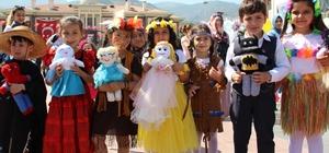 Manisalı çocuklar dünyanın renklerine büründü 23 Nisan Ulusal Egemenlik ve Çocuk Bayramı kutlamalarında dünya milletlerinin kıyafetlerini giyip kanser hastası çocuklar için hazırladıkları bez bebekleri satan anaokulu öğrencileri takdir topladı