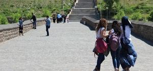 Tatili fırsat bilenler Diyarbakır'a akın etti Huzur ile birlikte Diyarbakır'da tarihi mekanlar doldu