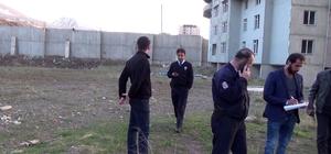 Fotoğraf çekmek için yüksek binanın tepesine çıkan genç, polisi alarma geçirdi