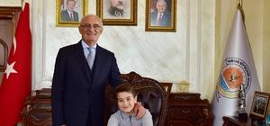 Başkan Yılmaz koltuğunu çocuklara bıraktı