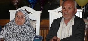 """77'lik dededen eşine 60. yıl evlilik yıl dönümü sürprizi 77 yaşındaki İzzet Erdaş: """"Bir yastıkta 60 yıl kocadık, gençler yastıklarını ayırmasınlar"""""""