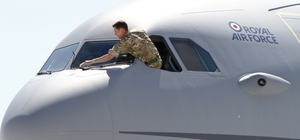 """Gökyüzünün yıldızları Antalya'da Eurasia Airshow'da buluşuyor Türkiye'nin şova dayalı ilk havacılık fuarı Eurasia Airshow, 25-29 Nisan 2018 tarihlerinde Antalya Uluslararası Havalimanı'nda düzenlenecek T.C Cumhurbaşkanlığı himayesinde düzenlenecek organizasyonda, havacılık ekosistemine yön veren 400 dev şirket, 100'ün üzerinde ülkeden 150 sivil ve askeri delegasyon ile dünyaca ünlü akrobasi takımlarının uçuş gösterileriyle boy gösterecek Türkiye'ye ikinci kez gelen Kraliyet Hava Kuvvetlerinin dev yakıt ikmal uçağı Royal Aır Force'de sergi alanındaki yerini aldı Eurasia Airshow CEO'su Ferhat Yenibertiz: """"Ekonomik anlamda iş hacmi olarak 10 milyar dolarlık  anlaşmalar bekliyoruz"""" """" Antalya'ya da 200 milyon TL'lik katkı sağlayacak"""" Halk gününde 400 bin bin ziyaretçi bekliyoruz"""""""