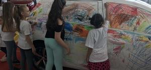 Çocuklar doyasıya otomobil boyadı