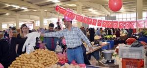 """Patates tezgahını 23 Nisan için süsledi Patates satıcısı İsmail Sözkesen; """"Çocuklar mutlu olunca ben de mutlu oldum"""" """"Böyle özel ve güzel günlerde tezgahımı süslemeye önem gösteririm"""""""