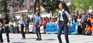 Gösteriyi unutup paralara hücum ettiler 23 Nisan gösterisinde saçılan sahte paraları gören çocuklar gösteriyi unutup paralara hücum etti Ne olduğunu anlayamayan sahnedeki grup ise zabıtaların çocukları sahneden uzaklaştırması ile gösterilerine devam edebildi