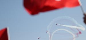 Türk Yıldızları nefes kesti Mersin Büyükşehir Belediyesi'nin 23 Nisan Ulusal Egemenlik ve Çocuk Bayramı kutlamaları Türk Yıldızları'nın muhteşem gösterisine sahne oldu Yaklaşık yarım saat boyunca Mersin semalarında gösteri yapan uçaklar, yoğun alkış aldı