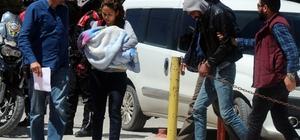 15 günlük bebekle, işkenceli gasp tuzağı Elazığ'da 15 günlük bebeği olan bir kadın, sevgilisi ve onun arkadaşlarıyla tuzak kurarak, yardım için eve çağırdığı bir şahsa işkence yapıp, iş yerindeki kasanın şifresini öğrendi ancak  polis soygunu gerçekleştirmelerine fırsat vermedi Bebeği ile mahkemeye çıkan kadınla birlikte 2 şüpheli tutuklandı