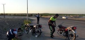 Motosikletler tıra çarptı: 1 ölü, 3 yaralı