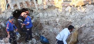Depremin yıktığı evin altında kalan 147 küçükbaş hayvan telef oldu
