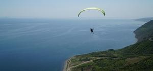 Paraşüt tutkunları Uçmakdere'de maviyle yeşilin tadını çıkarıyor