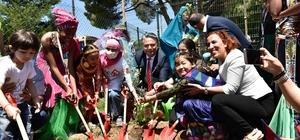 Başkan Uysal, çocuklarla barış ağacı dikti