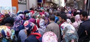 6 aylık iş için kuyruğa girdiler Çalışma ve İş Kurumu (İŞKUR) Trabzon İl Müdürlüğü tarafından Toplum Yararına Program kapsamında 3 bin kişiye iş imkanı sağlanacağının açıklanmasının ardından izdiham oluştu