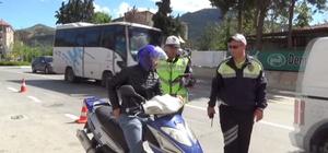 Isparta'da polis sürücülere göz açtırmadı 1 saatte 15 araç sürücüsüne ceza uygulandı, 1 otomobil ve motosiklet trafikten men edildi