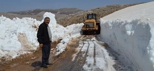 Antalya'da Nisan ayında 5 metrelik karla mücadele Sahilinde yaz, yaylasında kış yaşanıyor 5 metreyi bulan karlı yollar Büyükşehir belediyesi ekipleri tarafından açılıyor