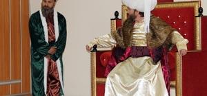 Öğretmenler hayallerini tiyatro sahnesinde gerçekleştiriyor Sivas'ta İl Milli Eğitim Müdürlüğü tarafından oluşturulan Öğretmenler Tiyatro Topluluğu öğrencilerinin karşısında 'Bir Fetih Rüyası' adlı oyunu sergiledi. Yıllardır hayalini kurdukları tiyatro sahnesine çıkan öğretmenlerin sahnedeki performansı seyircilerden tam not aldı