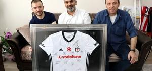 Beşiktaş Kulüp Başkanı Orman'dan Afrin gazisine anlamlı hediye Beşiktaş, Afrin gazisi Didinmez için Afrin'de basketbol sahası yapacak KAPTİD Başkanı Dinler, Afrin gazisine imzalı Beşiktaş forması hediye etti