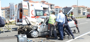 Otomobil kamyonete çarptı; 1 yaralı
