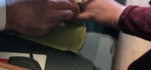Denemek için taktığı yüzük parmağına sıkıştı, talihsiz kadını itfaiye kurtardı