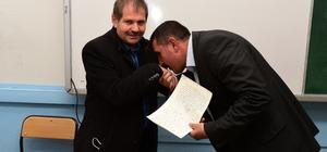 30 yıldır sakladığı ödevleri eski öğrencilerine dağıttı