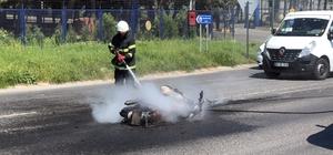 Motosiklet ve otomobil çarpıştı: 1 ölü Kazanın ardından alev alan motosiklet tamamen yandı