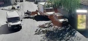Virajı alamayan at arabası park halindeki kamyonete çarptı Kaza anı güvenlik kamerasına saniye saniye yansıdı