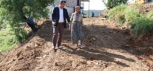 """Neziha Teyze'nin 60 yıllık yol sorunu çözüldü Antalya'nın Gazipaşa ilçesi Bakılar mahallesinde ikamet eden Neziha Güneş, 60 yıldır kavuşmayı beklediği yola kavuştu. Neziha Teyze kendisini ziyarete gelen Belediye Başkanı Çelik'e """"Ayağın taşa değmesin"""" diyerek dua etti."""